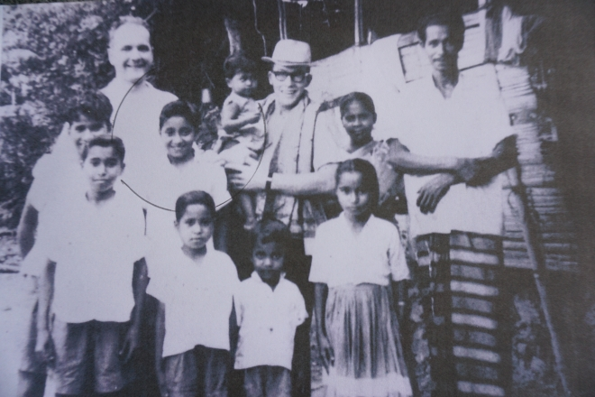 0792b2be9c60d (1) Meine Familie 1966 mit 2 Missionaren und einem Schulfreund versammelt  vor unserer Lehmhütte.